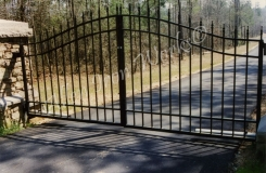 arched-driveway-gate-in-birmingham-al-with-cast-iron-spears