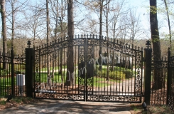 arched-iron-driveway-gate-birmingham-al-with-pontalba-cast-iron-designs-and-fleur-de-lis-spears