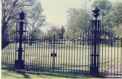 arligton-double-leaf-iron-entrance-gate-birmingham-al-with-arc-and-cast-iron-spears